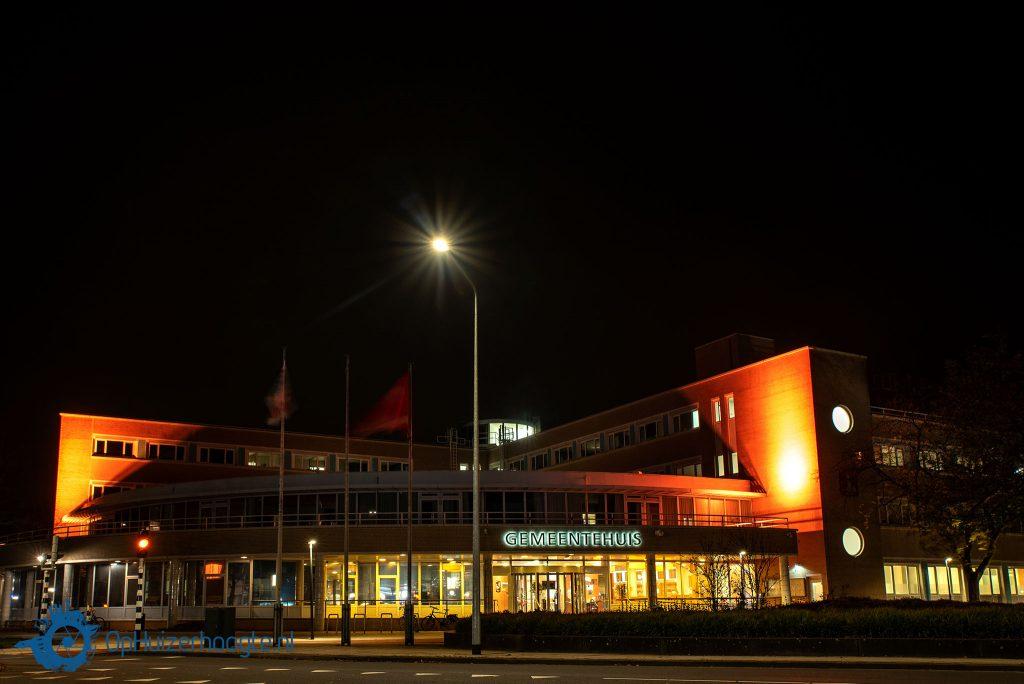 Oranje verlichting geweld Huizen gemeentehuis