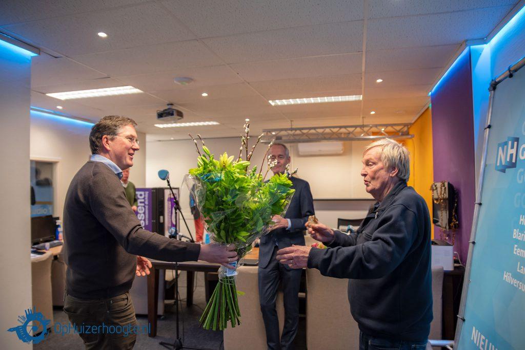 Hans de Wildt ontvangt bloemen van voorzitter Pieter Eshuis