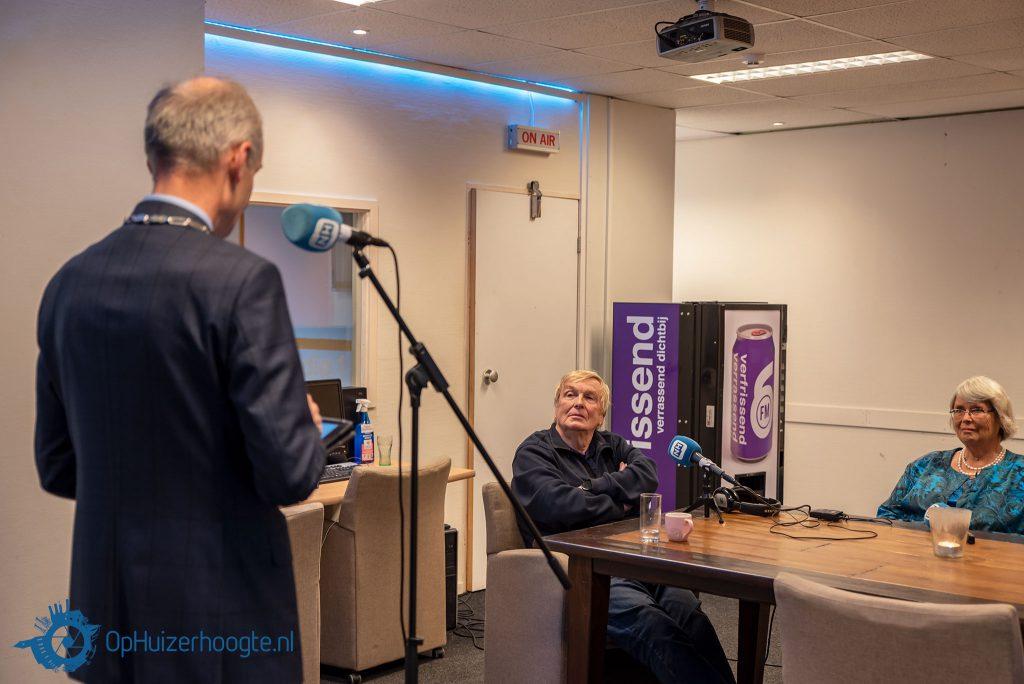 Burgemeester Niek Meijer spreekt Hans de Wildt toe