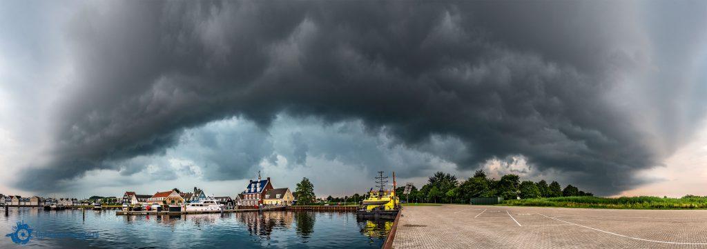 Mooi Huizen donkere wolken