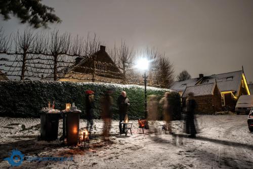 Buurtborrel voor de eerste sneeuw (Larisa Landré)